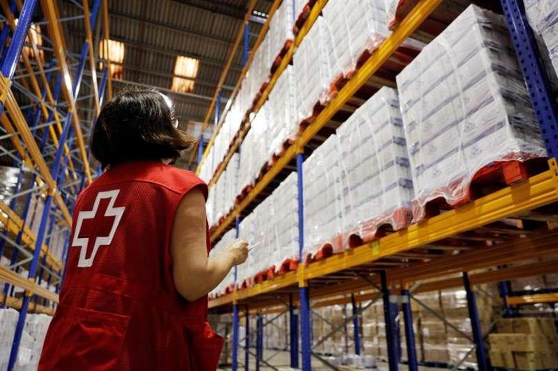Una trabajadora revisa las existencias en el Centro de Almacenamiento y Distribución de Alimentos de Cruz Roja. EFE
