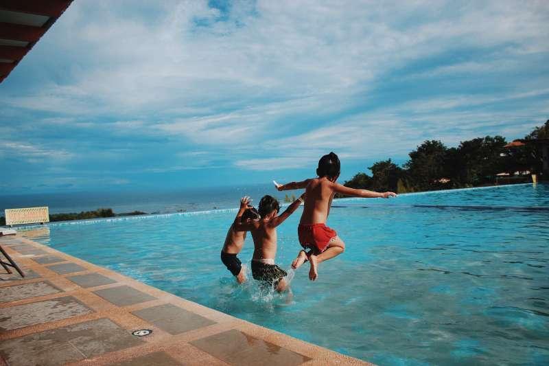 Niños jugando en la piscina. EPDA