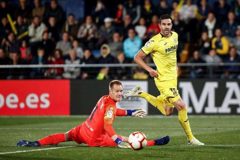 El centrocampista del Villarreal Vicente Iborra (d). EFE/Archivo