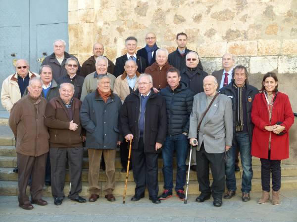 El alcalde, concejales y ex futbolistas con el homenajeado. EPDA