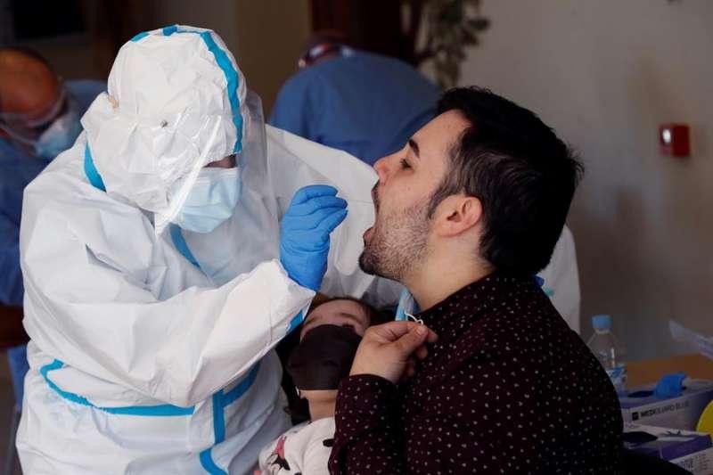 Sanitarios realizan pruebas PCR a los vecinos de O Incio, en Lugo. EFE