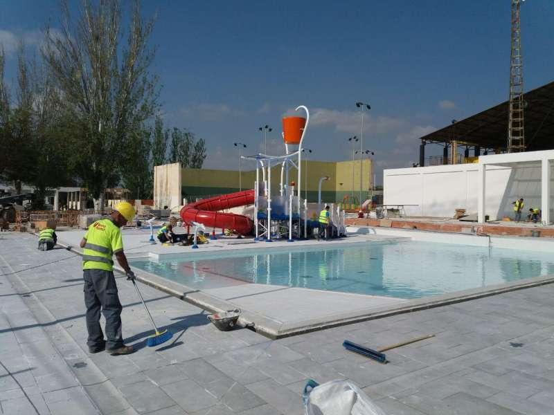 Un operario trabaja en la piscina de Paterna. EPDA