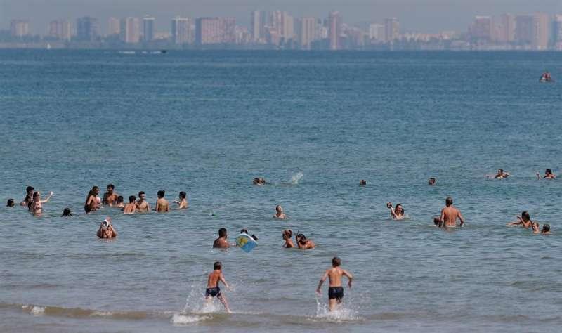 Buen tiempo y altas temperaturas en la playa de la Malvarrosa de València, en una imagen reciente. EFE/Kai Försterling