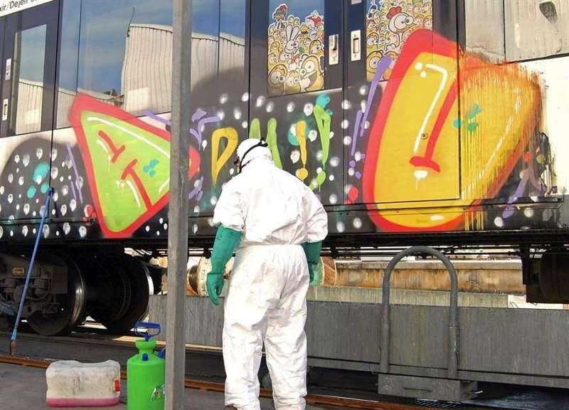 Imagen de archivo de unos vagones objeto de vandalismo. EFE/Archivo