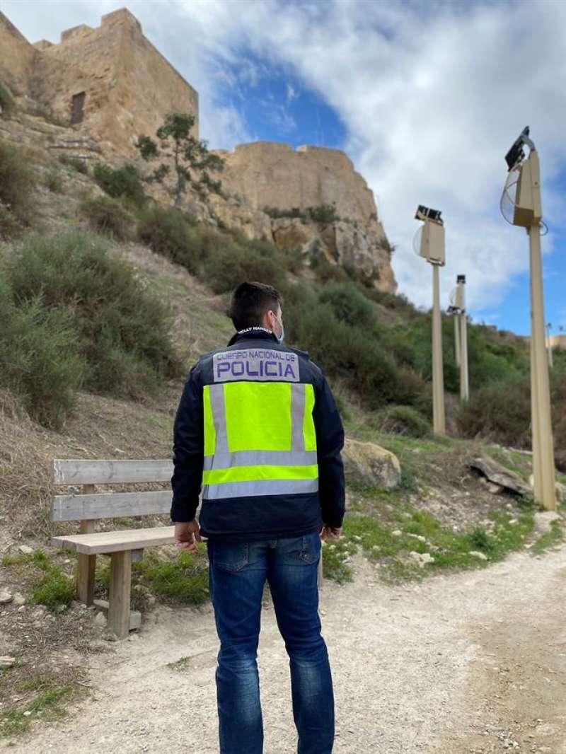 Imagen de un agente facilitada por la Policía Nacional de Alicante. EFE