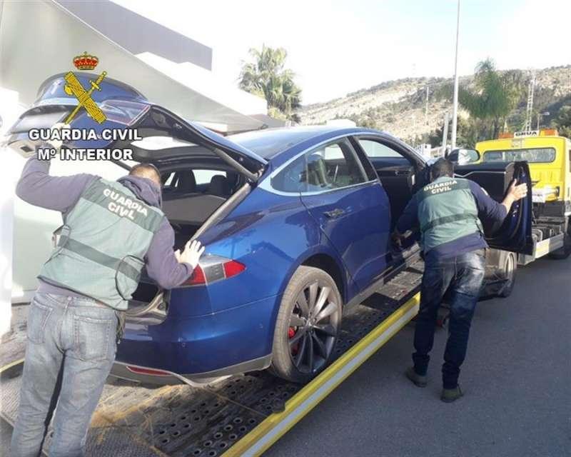 Foto cedida por la Guardia Civil de la detención de una banda dedicada a robos de alta gama y distribución de marihuana.EFE