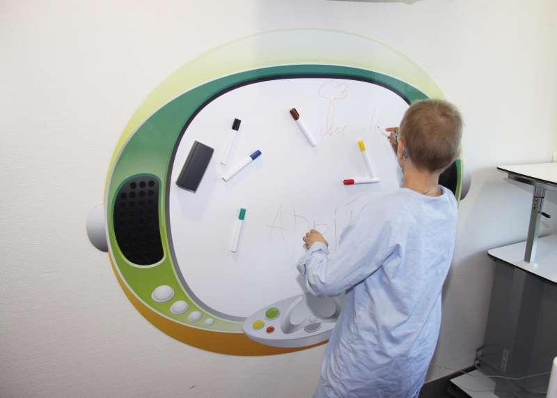 Un niño juega con la nueva decoración. EPDA