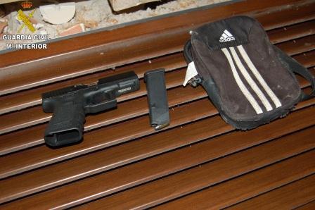 Se han intervenido entre otros efectos, una pistola y más de 60  cartuchos de munición. Foto: Guardia Civil