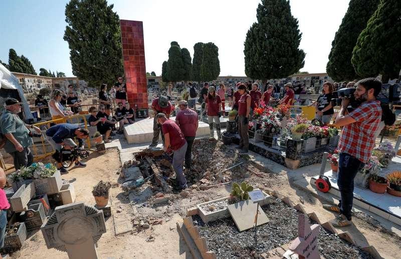 GRAF8023 PATERNA (Comunidad Valenciana), 20/08/2018. Numerosos familiares acudieron al inicio de los trabajos de exhumación de la fosa 112 del cementerio municipal de Paterna. Archivo/ EFE/Manuel Bruque