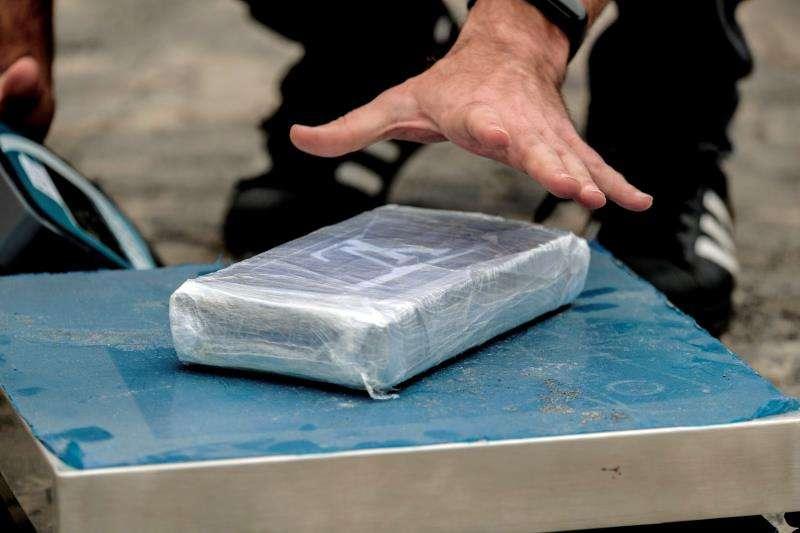 Un agente de la Policía Nacional pesa un paquete de cocaína. EFE/Archivo
