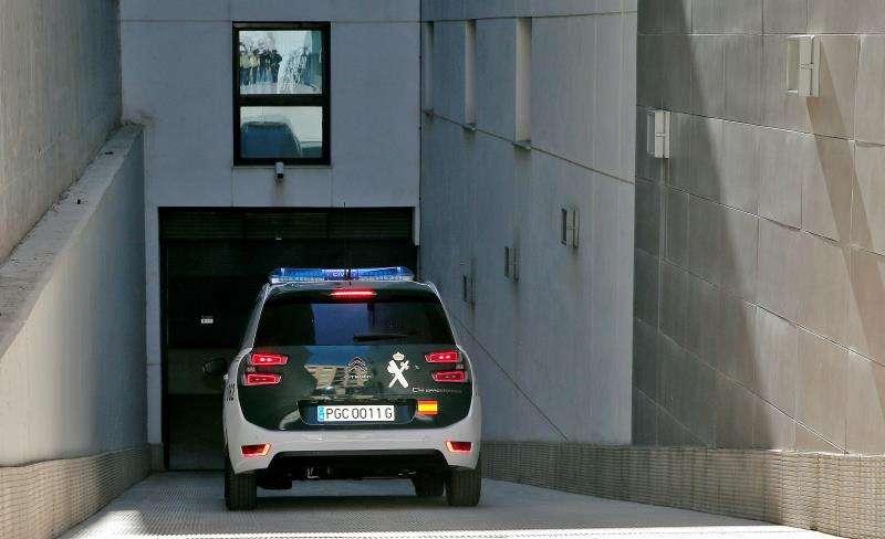 Un vehículo de la Guardia Civil accede a una sede judicial. EFE/Manuel Bruque/Archivo