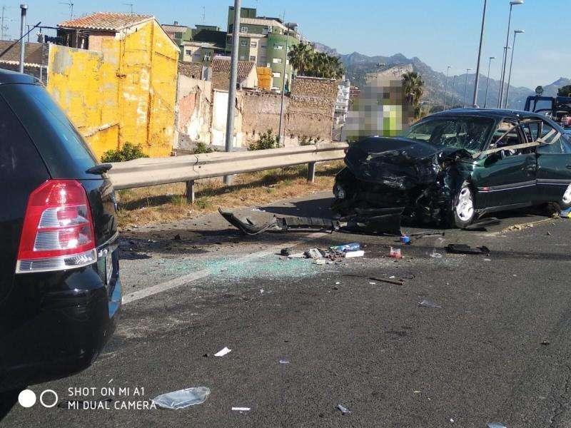 Imagen del accidente de tráfico registrado este sábado en Alzira. EFE/Consorcio de Bomberos