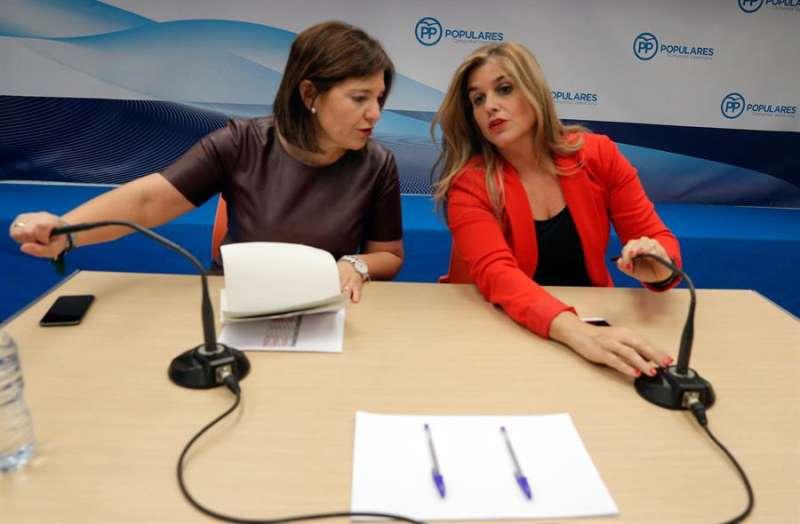 La presidenta del PPCV, Isabel Bonig (i) y la portavoz adjunta del PP en Les Corts, Eva Ortiz. EFE/Kai Försterling