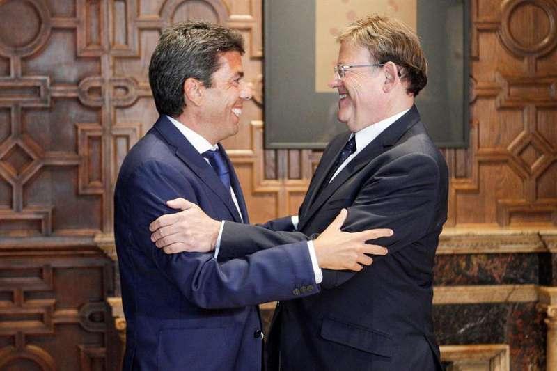 El president de la Generalitat, Ximo Puig (d), saluda al presidente de la Diputación de Alicante, Carlos Mazón (i). EFE/Ana Escobar