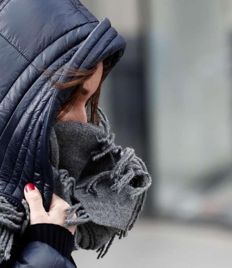 Una mujer se protege del intenso frio. EFE