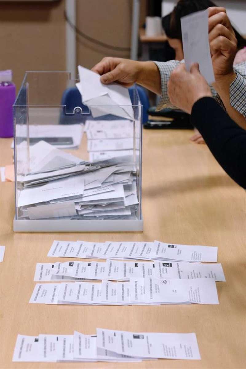 Recuento de votos en un colegio durante la jornada electoral de este domingo, 10 de Noviembre. EFE/Nacho Gallego