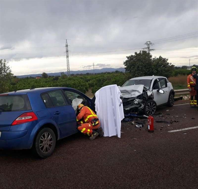 Imagen del accidente con un fallecido y dos heridos en Carcaixent. CONSORCIO  BOMBEROS