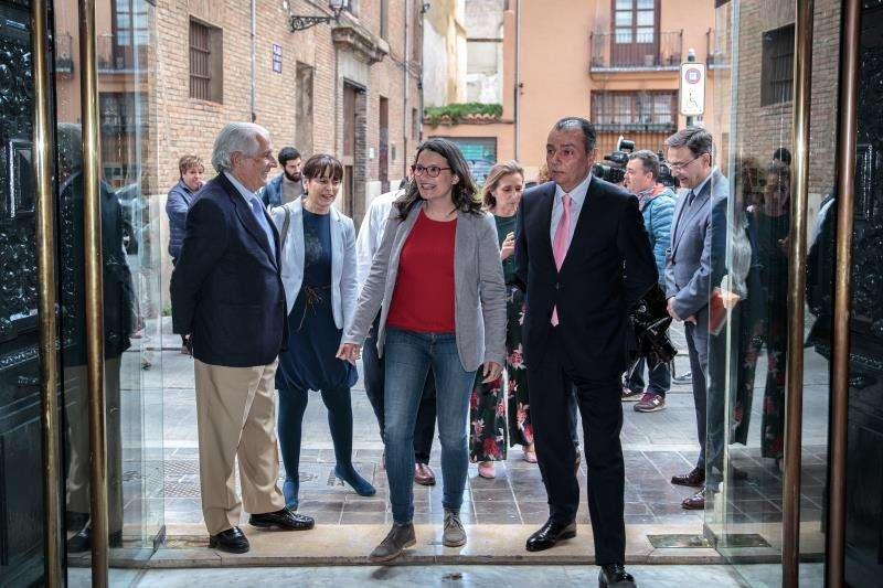 El presidente de la Confederación Empresarial de la Comunitat (CEV), Salvador Navarro (d), recibe a la candidata de Compromís a la Presidencia de la Generalitat, Mónica Oltra, en la sede de la patronal autonómica. EFE