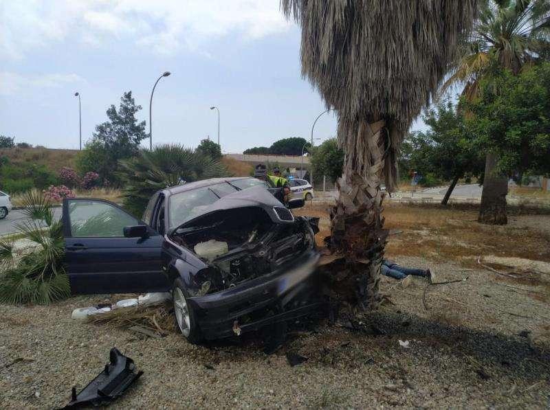 El coche accidentado en una fotografía facilitada por la Policía Local de València.