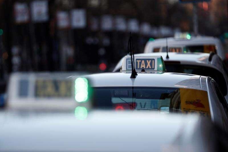 Varios taxis libres en una avenida. EFE/Archivo