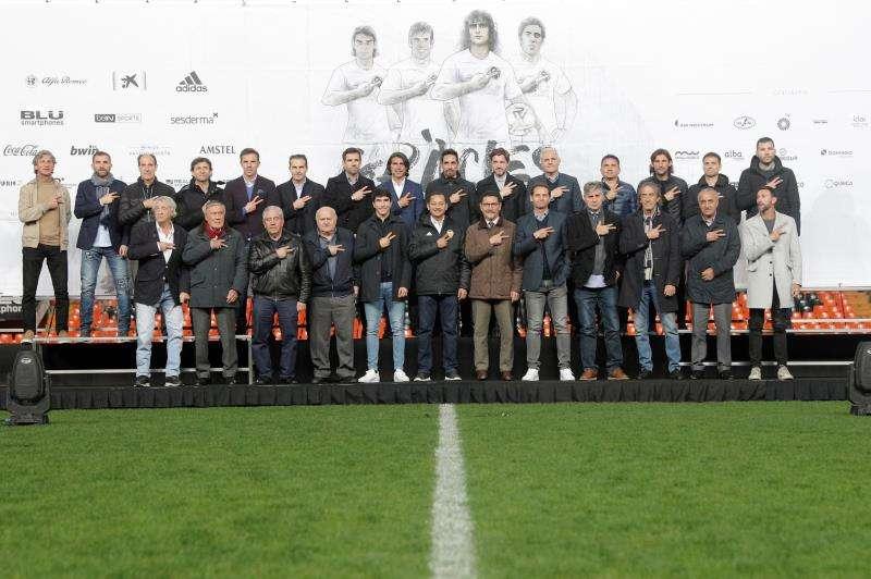 - Foto de familia de los futbolistas durante la presentación esta tarde en el estadio de Mestalla del encuentro del centenario del Valencia. EFE