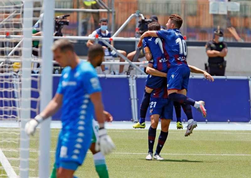 El jugador del Levante Borja Mayoral, celebra con sus compañeros su gol frente al Betis durante el partido correspondiente a la jornada 32 de la Liga disputado en La Nucía (Alicante). EFE / Archivo