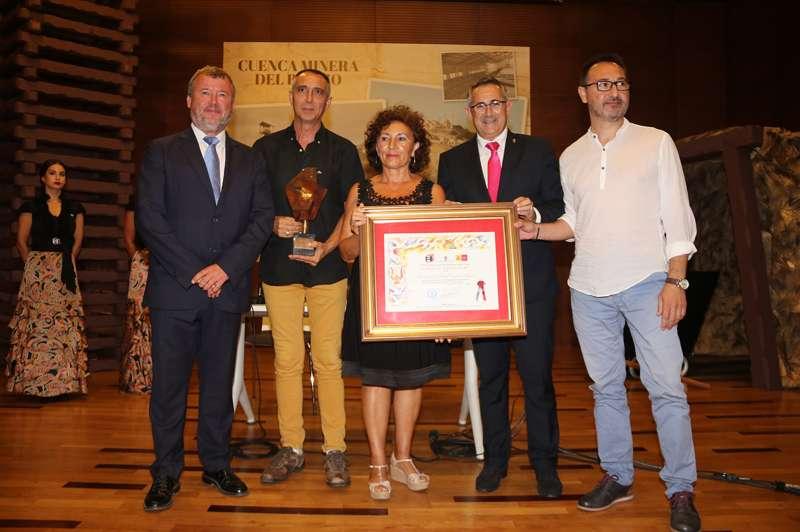 El alcalde y la asociación en el momento de recoger el premio. EPDA