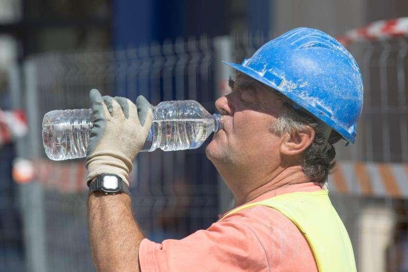 Un trabajador bebe agua durante su trabajo en unas obras. EFE/Archivo