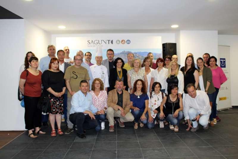 la directora de Turismo de la Generalitat Valenciana, el alcalde de Sagunt, la concejala de Turismo y el edil de Playas con los empresarios. EPDA