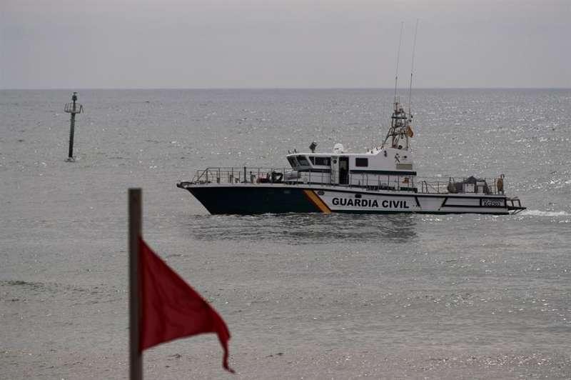 Una patrullera de la Guardia Civil recorre una playa cerrada al baño. EFE