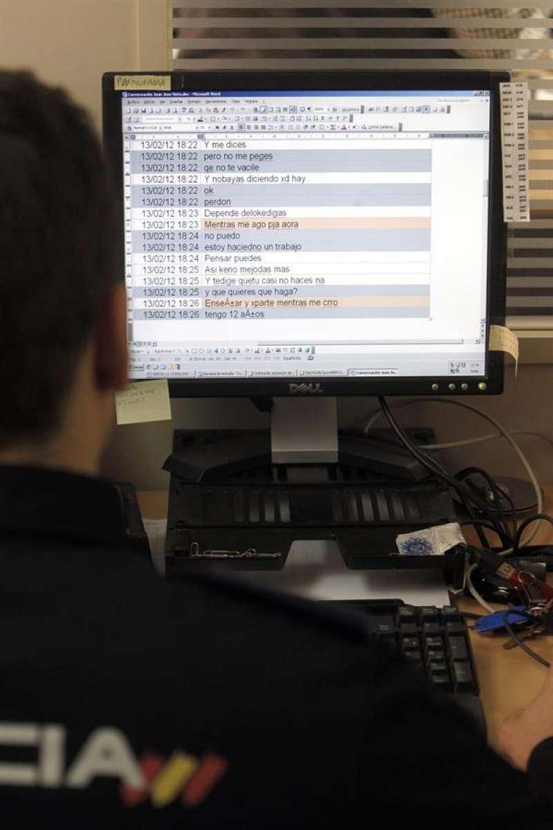 Agente de la Policía Nacional en el marco de una investigación. Fernando Alvarado/Archivo