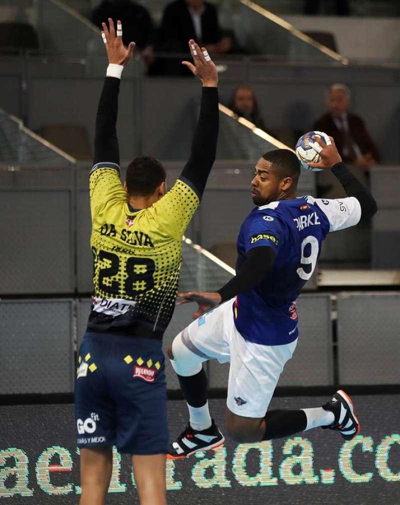 El jugador James Lewis Parker (d) lanza a portería en un partido del Balonmano Benidorm. EFE