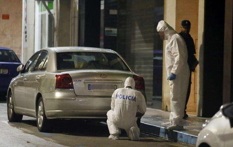 La Policía Científica inspecciona las inmediaciones de la vivienda ubicada en la calle de Elda donde un niño de ocho años fue hallado muerto con signos de violencia. EFE/Archivo