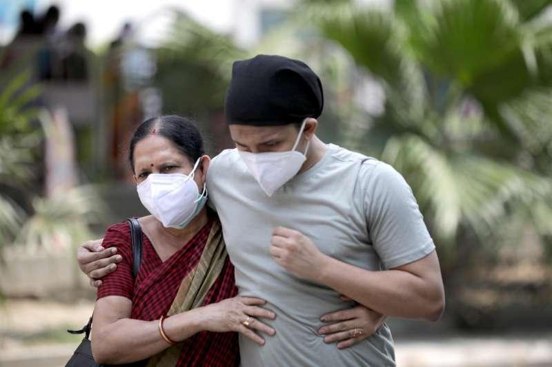 Un enfermo de Covid-19 acompañado por un familiar a un hospital en el este de India.