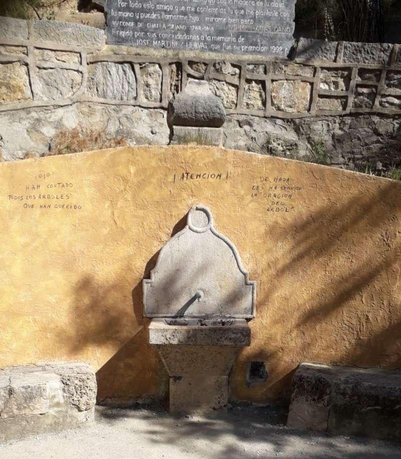 Fuente de Sopeña con pintadas