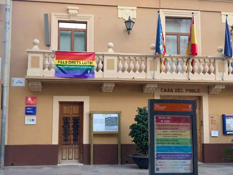 Banderas del Orgullo en el ayuntamiento de Foios. EPDA