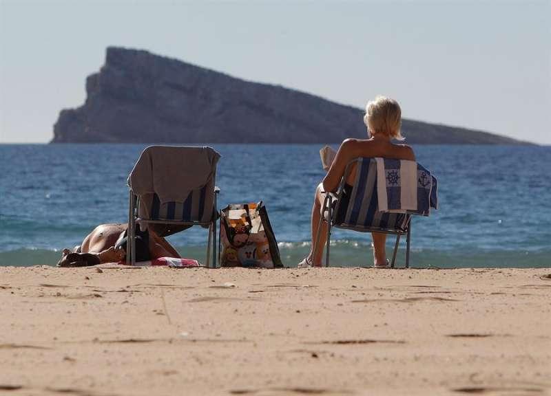 Turistas disfrutando de la playa de Benidorm en un día de sol. EFE/Morell/Archivo
