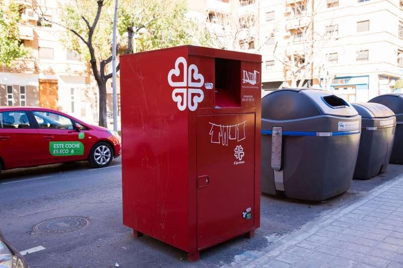 Contenedor rojo para la recogida de ropa en Mislata. EPDA