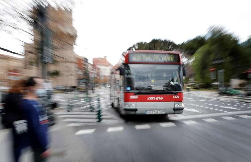 Un autobús de la Empresa Municipal de Transportes (EMT) circula por una calle de València.