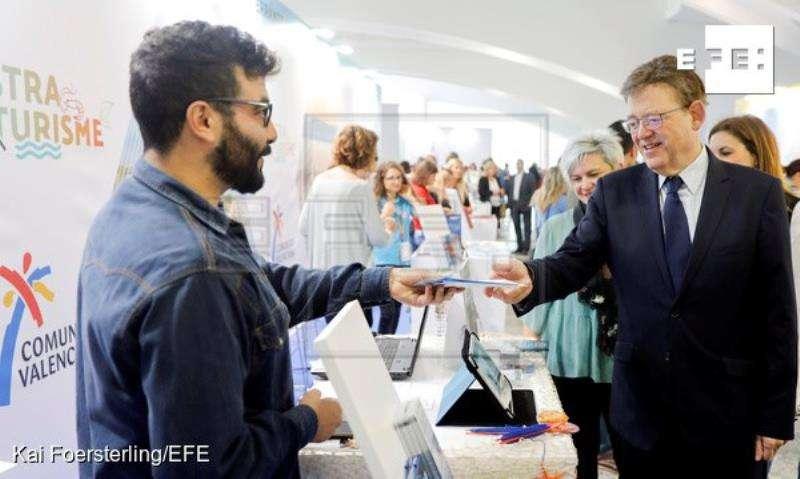 El president de la Generalitat, Ximo Puig, recorre la I Mostra de Turisme de la Comunitat Valenciana. EFE