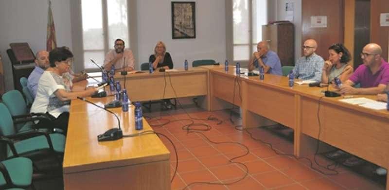 La socialista Amparo Sampedro preside el último pleno como alcaldesa de Rocafort. EPDA