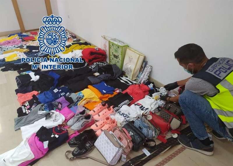Foto cedida por la Policía Nacional de Alicante con la ropa incautada a las cuatro mujeres detenidas