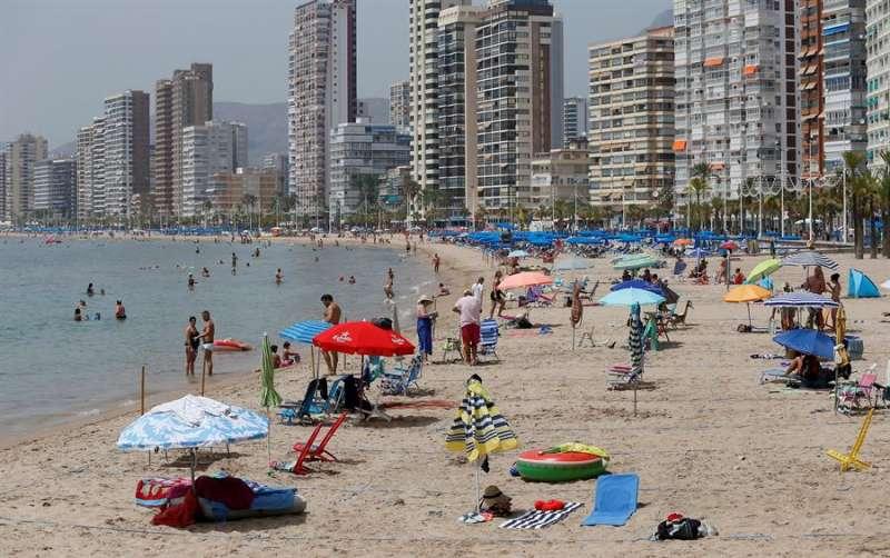 Imagen de la playa de Benidorm (Alicante) este verano. EFE