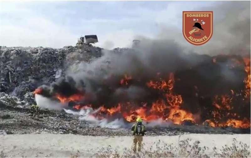 Foto cedida por los Bomberos de Alicante del incendio en Fontcalent.