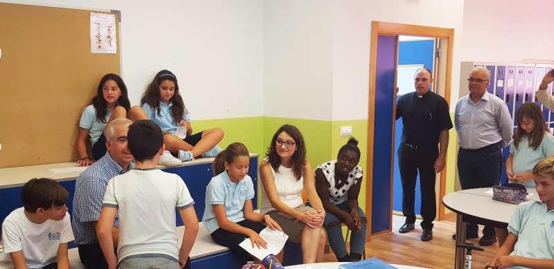 Oltra junto a los alumnos del centro educativo. //EPDA
