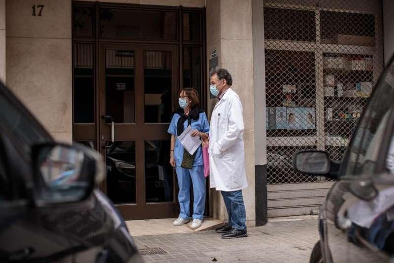 Visita domiciliaria de sanitarios a afectados por el coronavirus. EFE