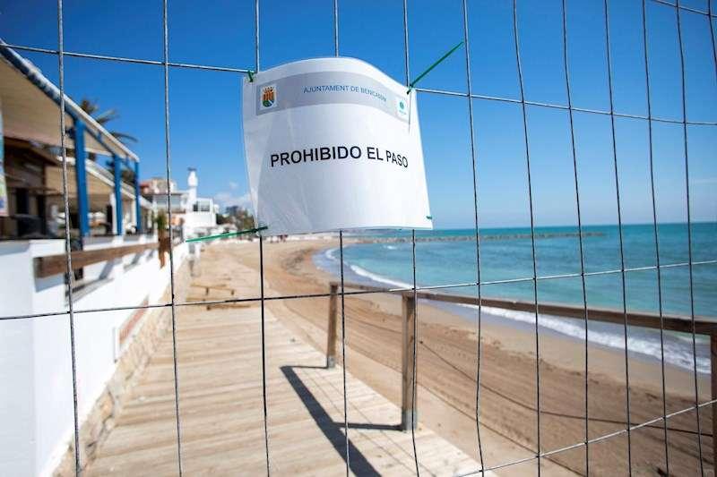 Un cartel de prohibido el paso en uno de los accesos a la playa de Benicàsim (Castellón). EFE