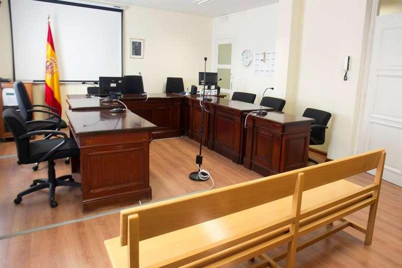 Sala de juicios vacía.