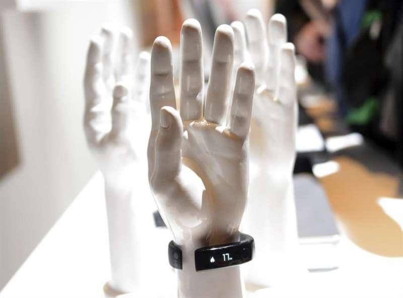 Imagen de archivo de una pulsera en una feria de tecnología. EFEArchivo