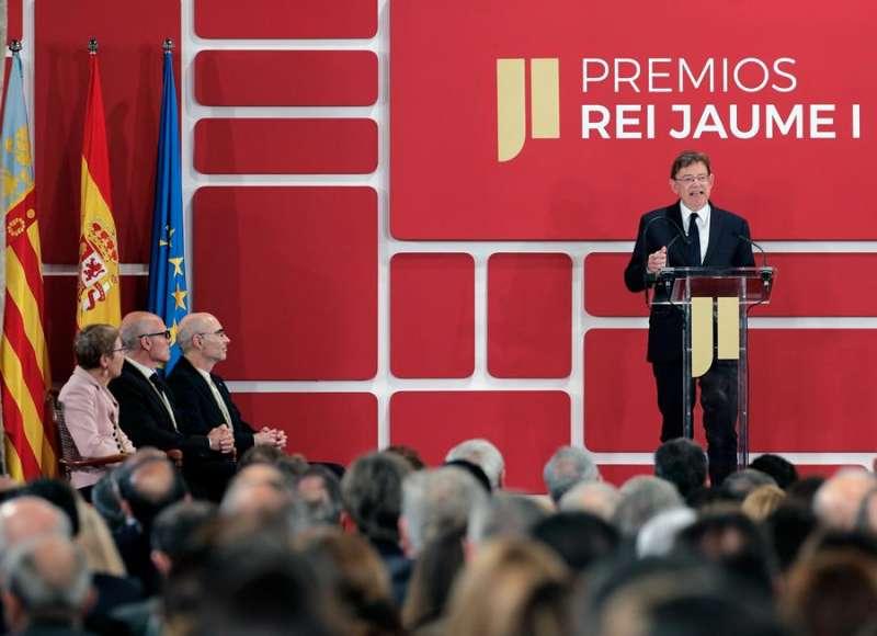 El president de la Generalitat, Ximo Puig, se dirige a los asistentes tras ser entregados los Premios Jaime I por el Rey Felipe VI. EFE/Manuel Bruque
